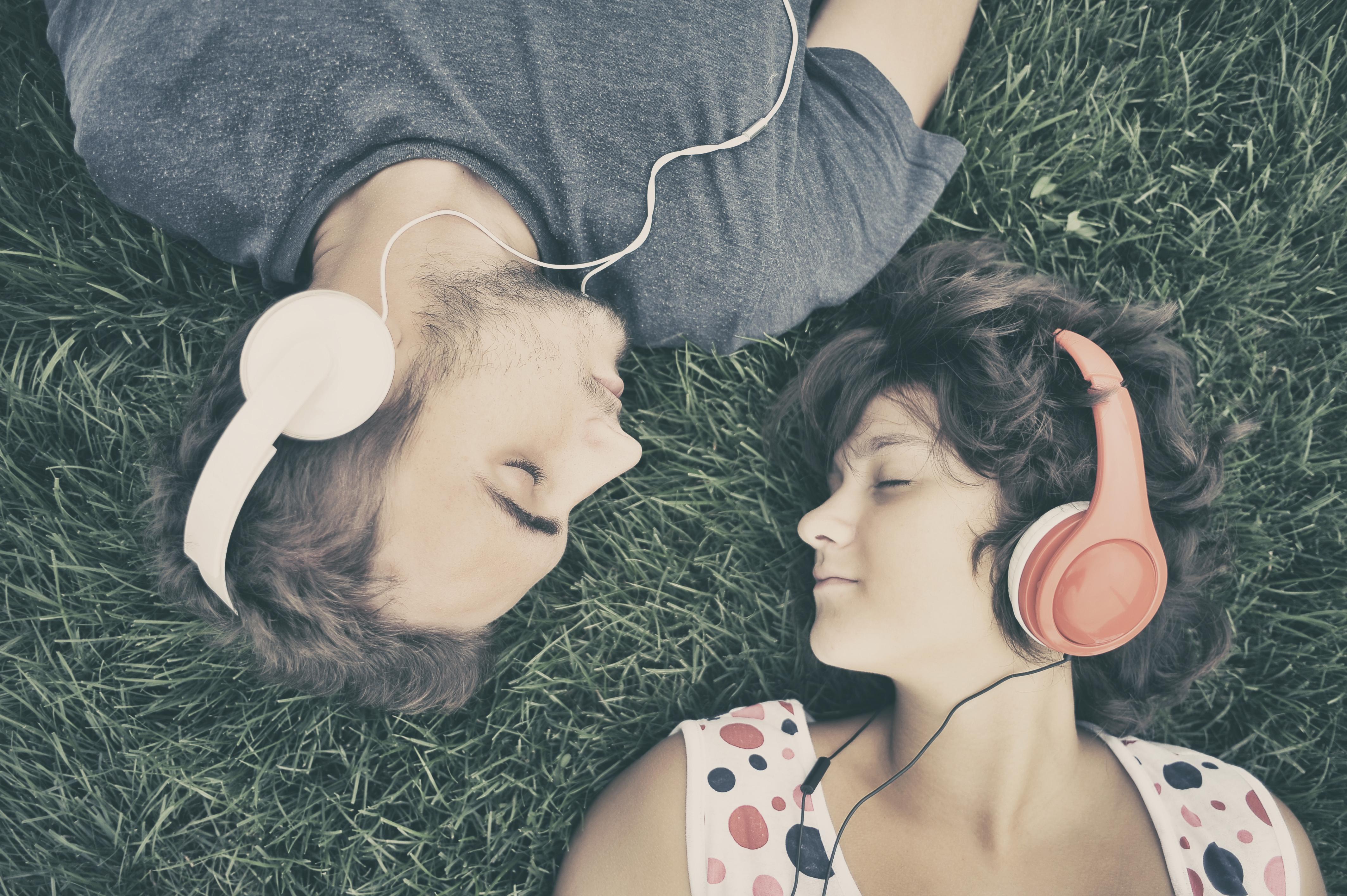 Pareja escuchando musica